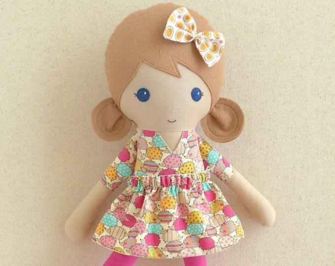 Muñeca tela muñeca trapo muñeca chica de pelo marrón claro erizo rosa y amarillo