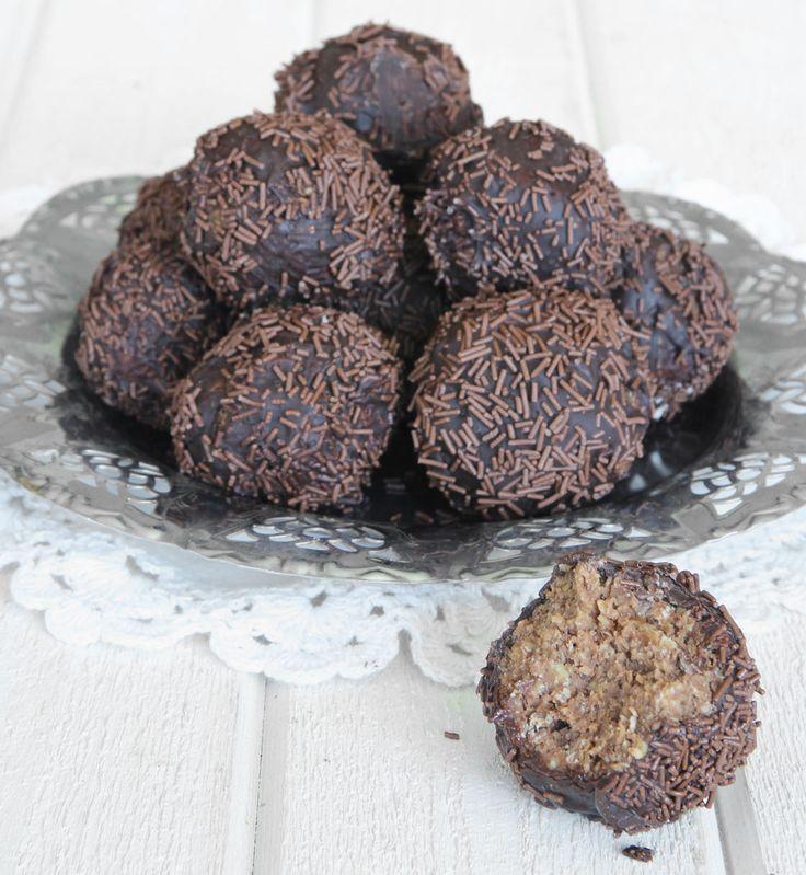 Lyxiga, superläckra chokladbollar med kokos i smeten, doppade i choklad & rullade i chokladströssel. Mums!