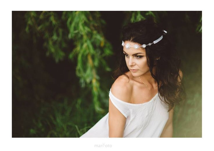 """Band - """"Frozen Grace"""" - is a beautiful headband made of Swarovski crystals, pearls and a multitude of tiny beads slightly frozen. Active tied satin ribbon. Doda formation and nobility of each creation."""