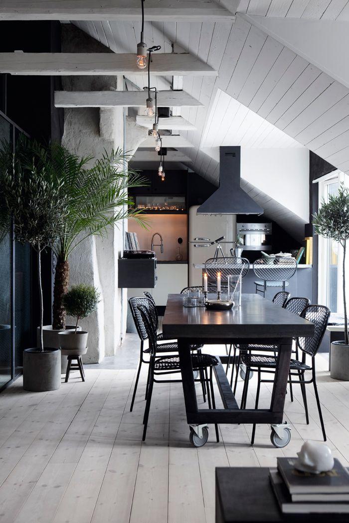 Redan för drygt ett år sedan hälsade vi på hemma hos arkitekten Johan Israelson och nu är det dags för en närmare titt! För vem skulle inte vilja ha ett eget krypin på vinden? Med...