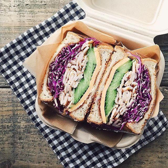 スタバの新作サンドが「美味しい♡」と話題になっています。サンドイッチブームにさらなる勢いがつきそうです!新作サンドイッチの魅力とスタバ風サンドイッチレシピをご紹介します♡