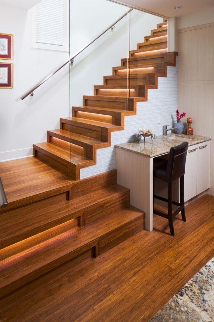 Trend escalier droit en bois avec garde corps en verre et clairage led indirect