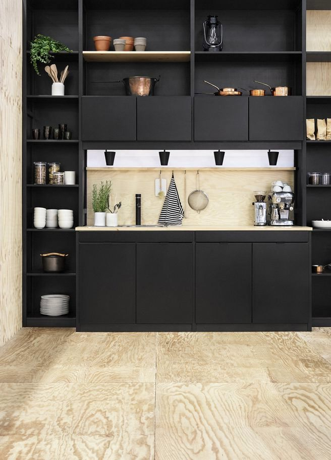 Мебель черного цвета на кухне