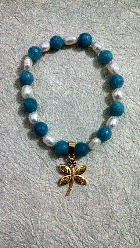 Pulsera con perla de rio y piedra semipreciosa color aqua con dije chapa de oro