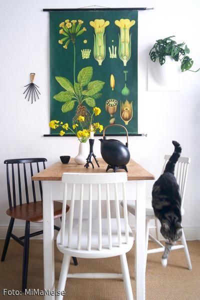 Alte Schulkarte über dem Küchentisch? Besonderes Vintage-Flair zu Hause bei MiMaMeise – mehr Fotos auf roomido.com #roomido #interior #küche #altbau #skandinavisch #holzstühle