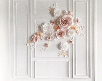 Flor de papel pared fondo  Este telón de fondo de boda de flores de papel jumbo es un atractivo recubrimiento de paredes para su banquete de bodas. Utilizar como telón de fondo para tus fotografías de boda, para enmarcar la mesa superior o para decorar la entrada de su evento de boda.  Todo el mundo ha enloquecido sobre ellos. Abrumadoramente hermosa, original y creativa.  ¡ La orden ahora!  Este conjunto de flores de papel grandes únicas 17 + 12 hojas de papel contiene:  • 4 = 2 flores ...
