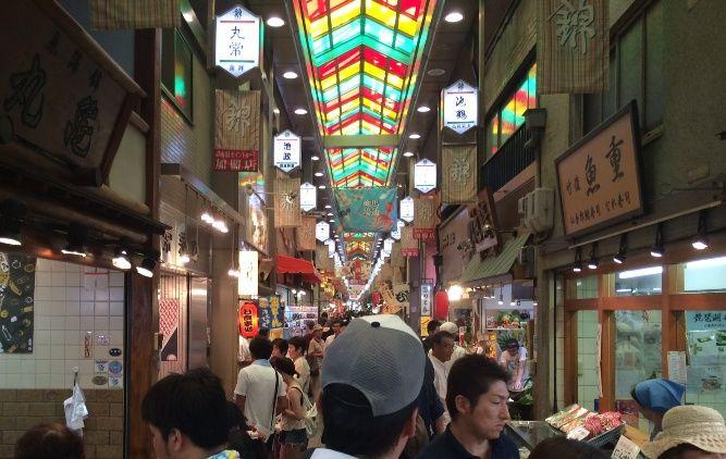 週末の錦市場は大混雑。
