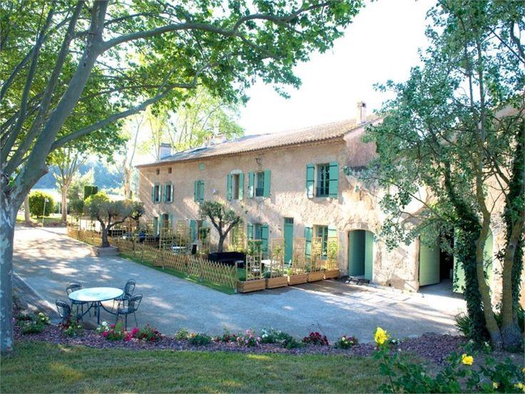 Au bord du canal du midi, magnifique domaine à vendre chez Capifrance à Narbonne.     Plus de 1300 m² > 23 pièces !     Plus d'infos > Dominique Julien-Quitana, conseillère immobilière Capifrance.