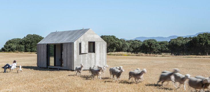 Das vorgefertigte, per Lastwagen transportierbare Gebäude des spanischen Architekturbüros Ábaton Arquitectura sorgt für maximalen Wohnkomfort auf minimaler Fläche.