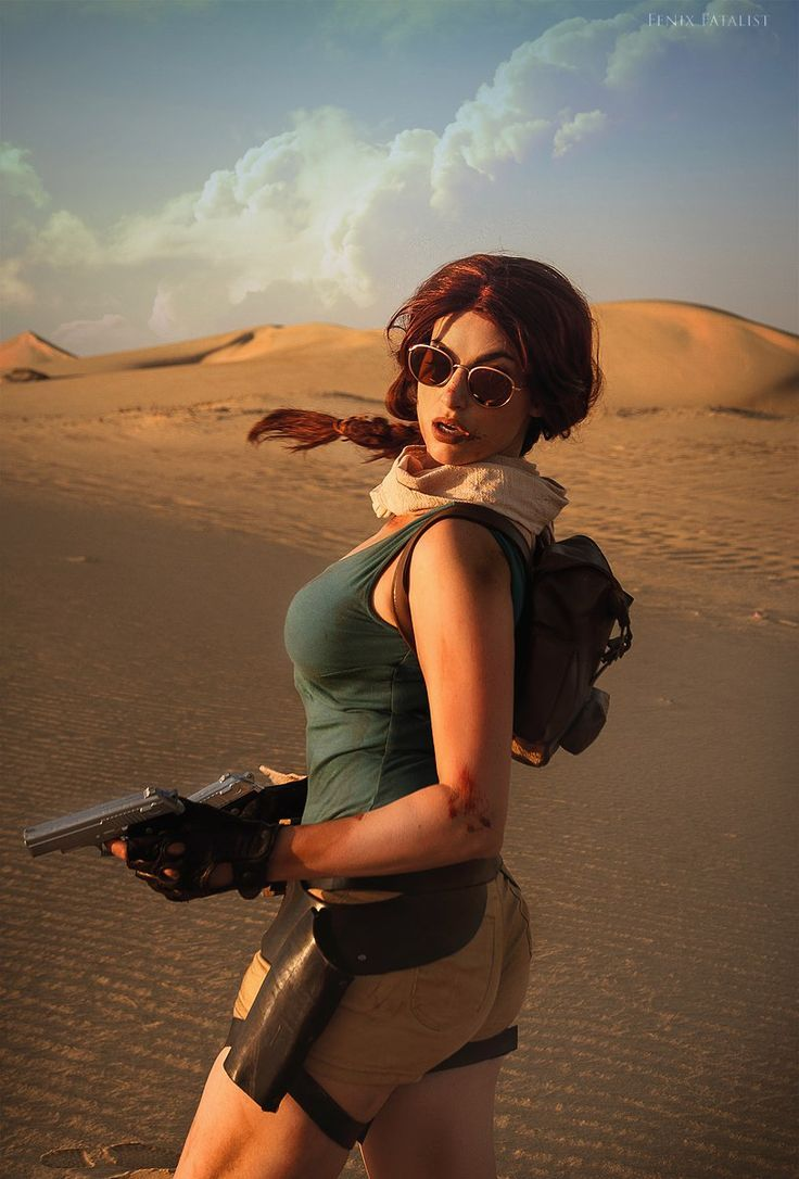 Lara Croft Cosplay in de woestijn