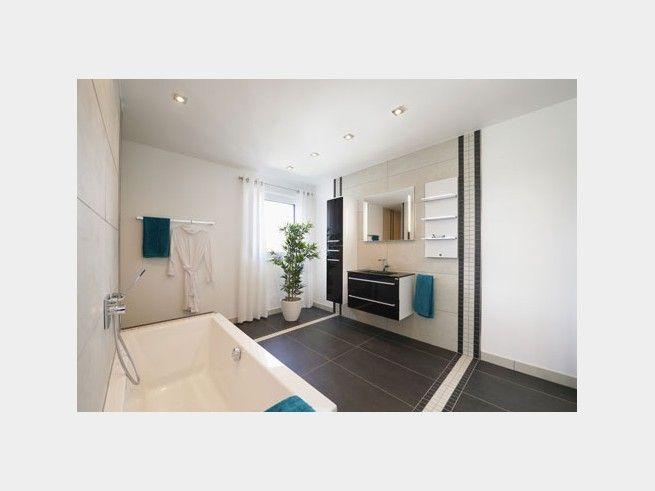 Schön Ein Dunkler Fliesenboden Im Badezimmer Schafft Den Perfekten Kontrast Zu  Weiß  Und Cremetönen An Wänden
