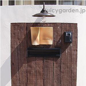 レトロな雰囲気そのものの電灯A。新品の時からアンティーク風です。古き良き時代を彷彿とさせる温かみあるデザインで、エントランスを温かく照らす防雨型の屋外照明です。