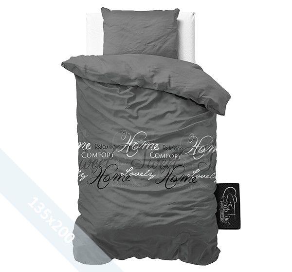 Sleeptime Pure Cotton dekbedovertrek ´Royal Luxury´ grijs. Een 135x200 cm (Duitse maat) dekbedovertrek van 100% katoen met een donkergrijze achtergrond als basis. Daarop zijn verschillende teksten gedrukt in verschillende lettertypes en kleuren.