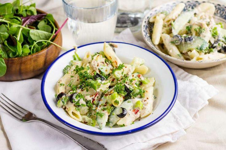 Recept voor snelle pastasalade voor 4 personen. Met zout, water, peper, tonijn uit blik, penne (pasta), rucola, komkommer, mayonaise, zwarte olijven, bosui en chilivlokken