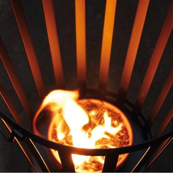 Bij deze vuurpot werd kaarsvet en stro gecombineerd zodat de kaars snel brandt als een echte tuinfakkel. Hij zorgt voor de nodige sfeer en warmte tijdens een avondje op het terras.