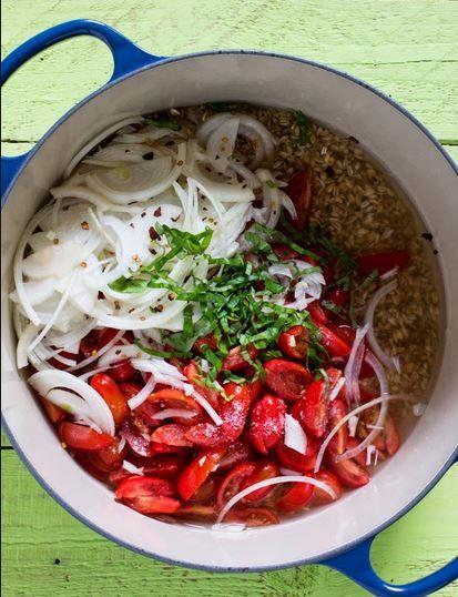 Cena rapida e senza mille cose da riordinare dopo? Prova il nostro farro al pomodoro e basilico - una ricetta One-Pot!