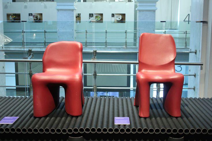 """Sillas """"Dalila"""" de Gaetano Pesce para Cassina, 1980. Parte de su interés por encontrar diversidad dentro de las posibilidades de producción en masa es esta silla realizada en poliuretano rígido moldeado. Fue la segunda vez que el diseñador experimentó con esta idea en los años 70, después del sillón """"Sit Down"""", también producido por Cassina."""