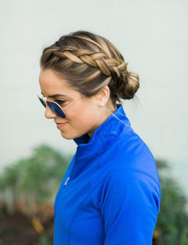 Un chignon natté Avec cette coiffure, impossible de se retrouver avec des cheveux dans les yeux pendant son jogging !