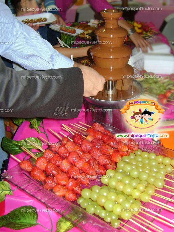 Resultado de imagen para mesas de dulces para 15 años con fuente de chocolate