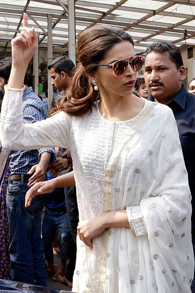 Deepika Padukone spotted at Siddhivinayak temple