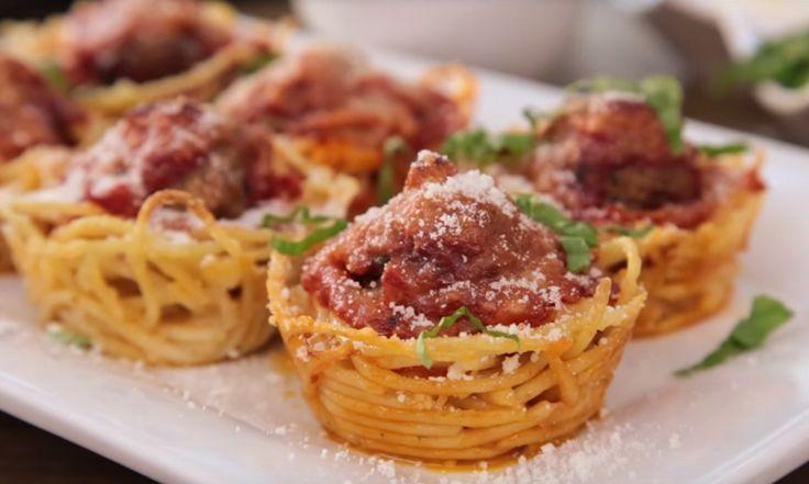 Spaghetti met gehaktballetjes: altijd goed, maar op deze manier helemaal een feestje! Dit heb je nodig voor 12 spaghetti-muffins: - 170 gram spaghetti - 1,5 theelepeltjes olijfolie - bakspray - 90 gram geraspte Parmezaanse kaas - 500 gram pastasaus - 12 voorgekookte gehaktballetjes - muffin bakblik Zo maak je het: - Kook de spaghetti zoals aangegeven op de verpakking…