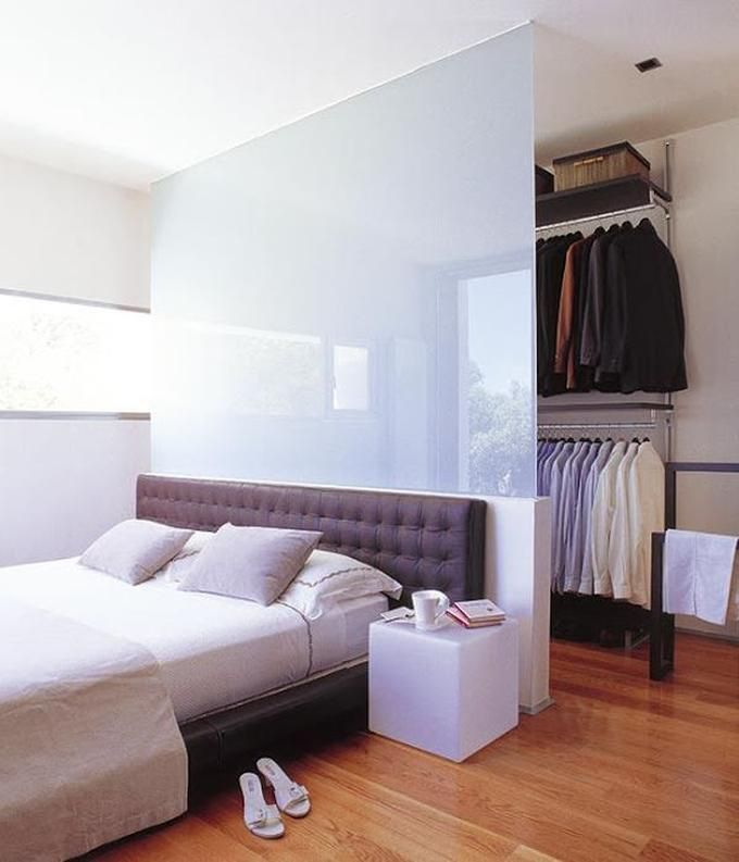 Außergewöhnliche Einrichtungsidee mit einer Wand hinterm Bett für einen begehbaren Kleiderschrank. Wer hätte nicht gerne einen Walkin Closet im Schlafzimmer