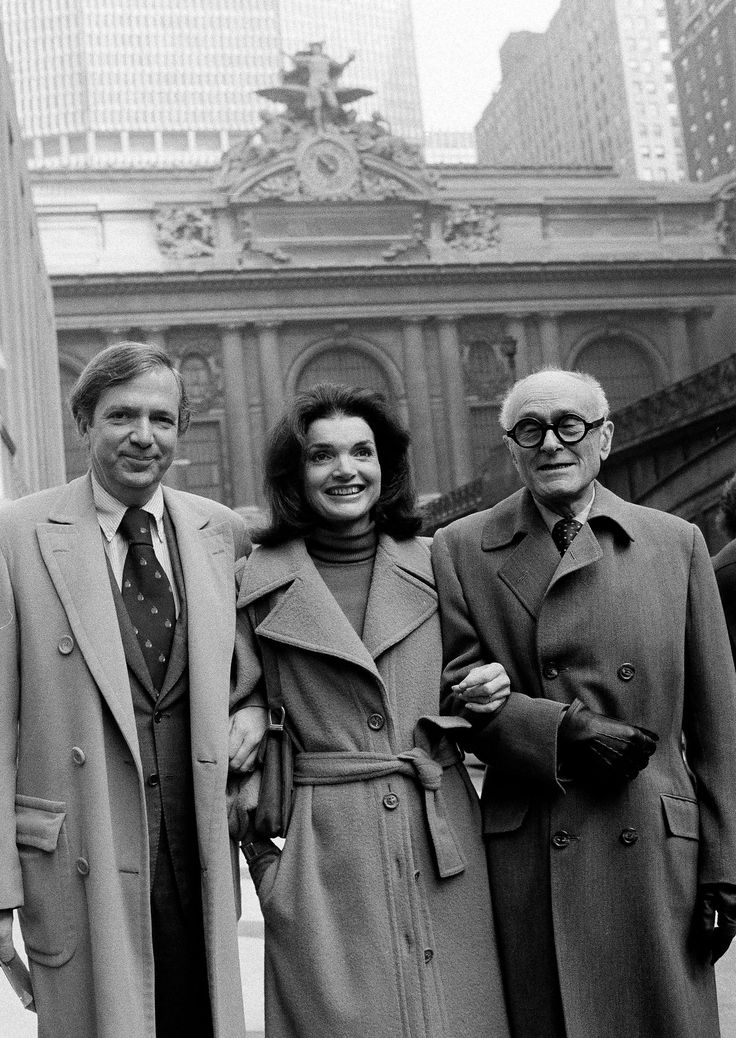 Fred Papert, left, with Jacqueline Kennedy Onassis and the architect Philip Johnson, in front of Grand Central Terminal in 1977. Credit: Dave Pickoff/Associated Press