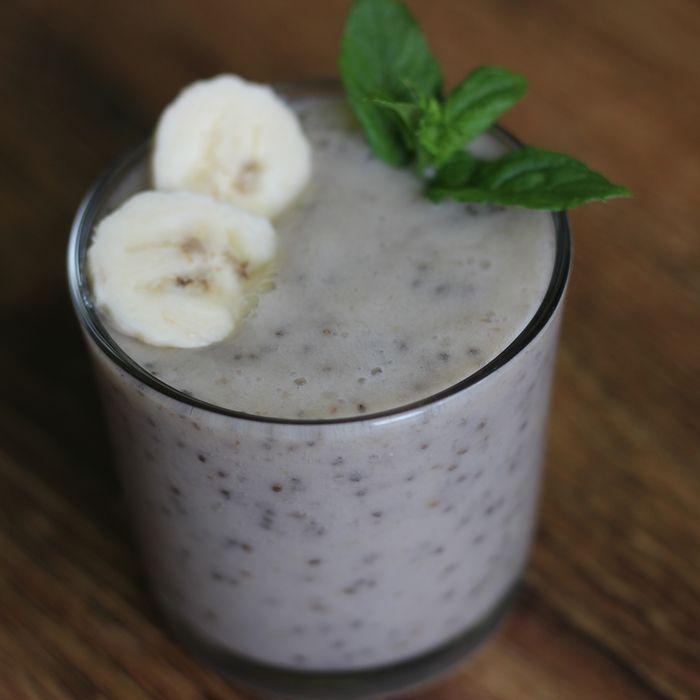 Banánové smootie - chia semínka patří mezi superpotraviny (superfood) a není divu. Obsahují mnohem více živin, než celá řada populárních potravin. Nalezneme v nich 3x více železa, než ve špenátu, 2x více draslíku než v banánech a 5x více vápníku než v mléce. To však není všechno, chia semínka obsahují až 9x více rostlinných Omega 3 než sója a 2x více proteinů, než ostatní semínka a zrna.
