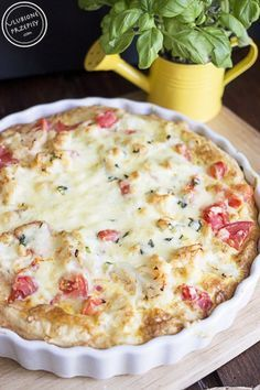 Tarta z kalafiorem i pomidorem na spodzie z ciasta francuskiego.