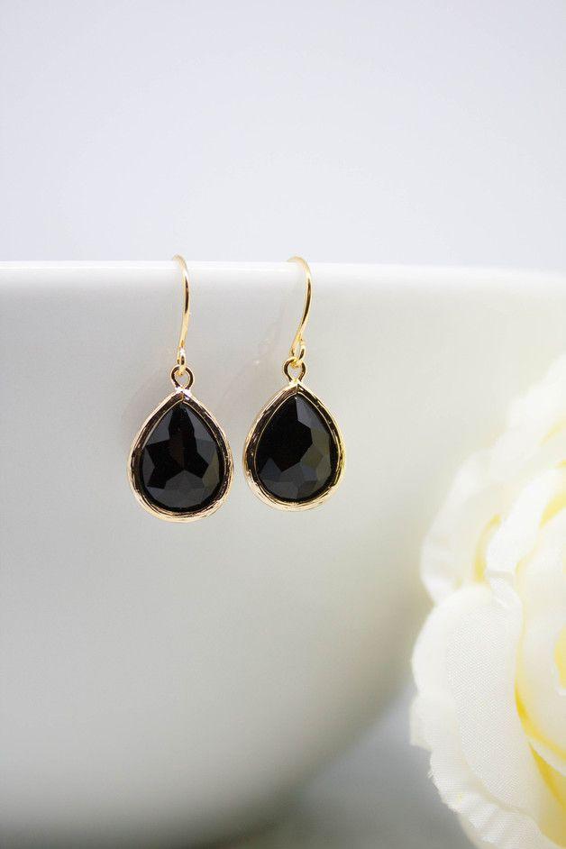 Goldene #Ohrringe mit schwarzen Schmucksteinen. Die #Ohrhänger haben eine Tropfenform / #jewellery for her: golden #earrings with black stones made by Catalea via DaWanda.com
