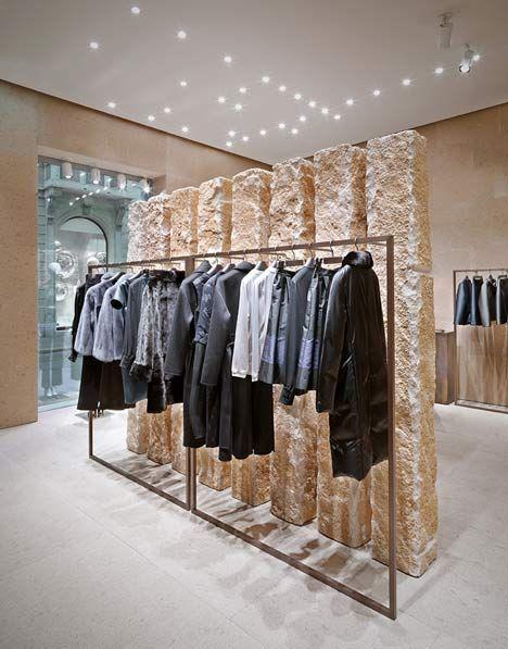 Utilització de materials naturals per aconseguir un interior on es respira glamur. Giada Milan flagship store by Claudio Silvestrin