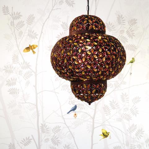 Safi taklampa i metall och med prismor. Design med inspiration från den marockanska stilen så passar denna lampan in både i moderna och klassiska miljöer. Ljuskälla ingår ej.
