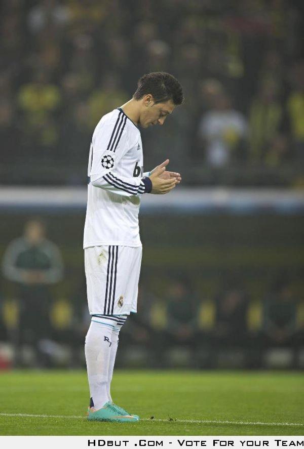 Mesut Ozil before the match ♥