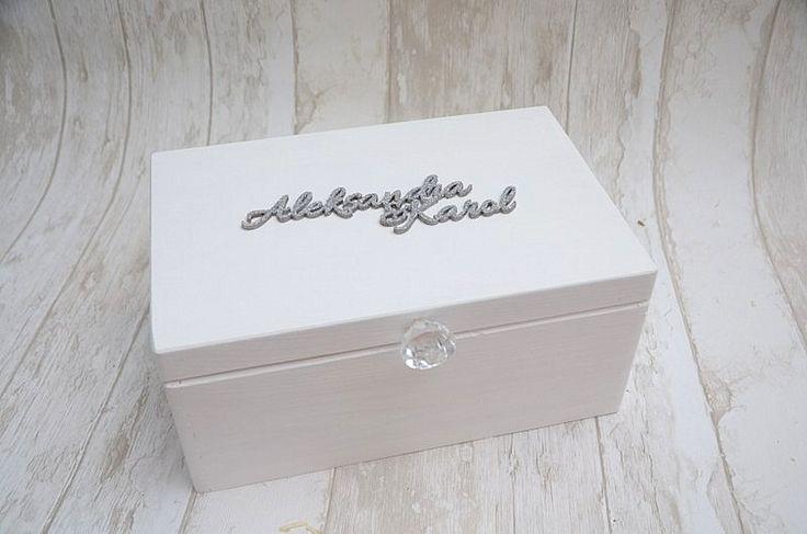 Białe pudełko na kartki ślubne - w środku znajduje się napis 'DZIĘKUJEMY'. Elegancki i klasyczny, podkreśli charakter ślubu w stylu boho i glamour!  Do kupienia w sklepie internetowym Madame Allure.