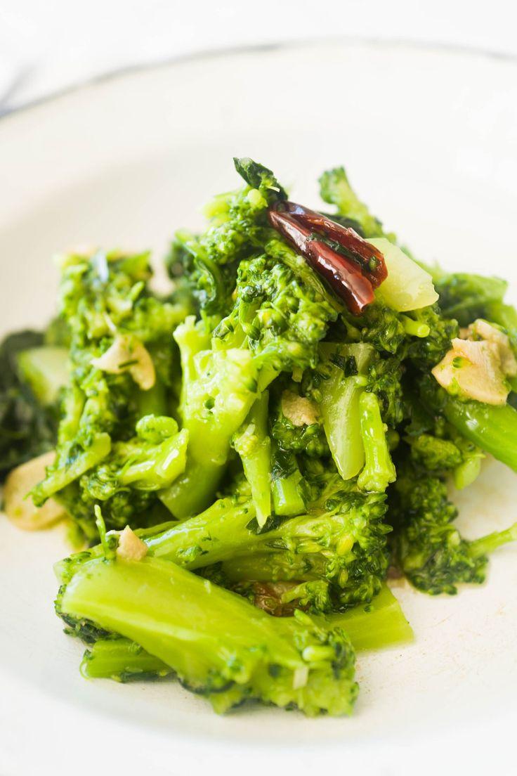 ブロッコリーのガーリック炒め    茹でたブロッコリーを、オリーブオイルで炒めたにんにくでサッとからめるガーリック炒めです。材料 (作りやすい量)ブロッコリー 1株 にんにく 2片   鷹の爪 1本   イタリアンパセリ(みじん切り) 大サジ2杯   塩 20g 作り方1ブロッコリーを小房に切り分けます。茎は厚めに皮をむいて切り分けます。にんにくはうす切りします。2イタリアンパセりはみじん切りします。鷹の爪は半分にちぎり、種を出します。3塩を加えた2リットルの水を、鍋で強火で沸かし、ブロッコリーを2分半ほど茹で、ザルに上げておき、茹で汁を残しておきます4弱火のフライパンにオリーブ油を入れ、にんにくと鷹の爪をじっくり炒めます。5にんにくがきつね色になったら、イタリアンパセリを加え、ブロッコリーの茹で汁を大サジ2杯ほど入れて、手早く混ぜ合わせます。6 ブロッコリーをフライパンに加え、フライパンをゆすってオリーブ油をからめます。7 器に盛りつけて、適量のオリーブ油(分量外)をふりかけてお召し上がりください。