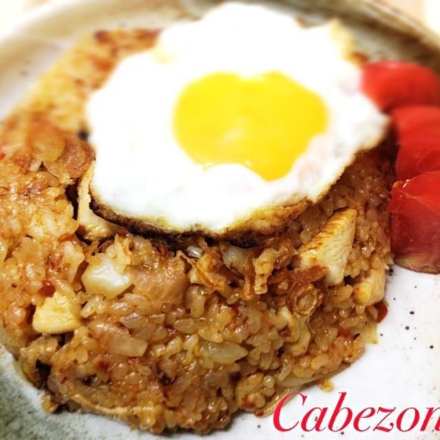 7/29  今日は、先日埼玉アリーナで開催されたフードイベントで頂いたインドネシア料理のナシゴレン。  ごはんと鶏肉、トマト、玉ねぎ以外全てこの素に入っているため、いとも簡単につくれちゃいます(^-^)/   白米で作ったけどジャスミンライスで作ったらもっと美味しかったかな… - 18件のもぐもぐ - 今日の賄い  ナシゴレン by cabezon64