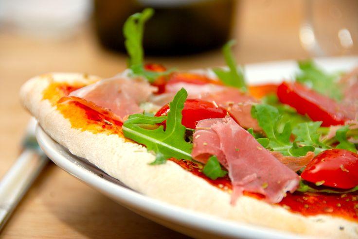 Pizzadej: Her er opskriften på pizzadej til ovnen, som altid sikrer dig en helt sprød pizza. Pizzaen skal rulles helt tynd ud, og bages i 10 minutter. Pizzadej når den er allerbedst. Her er den per…