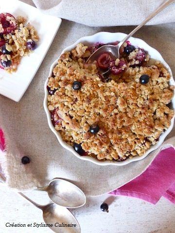 Une irrésistible recette sans gluten pour les gourmands de fruits rouges : mon crumble pomme, cerises, cassis et framboises.