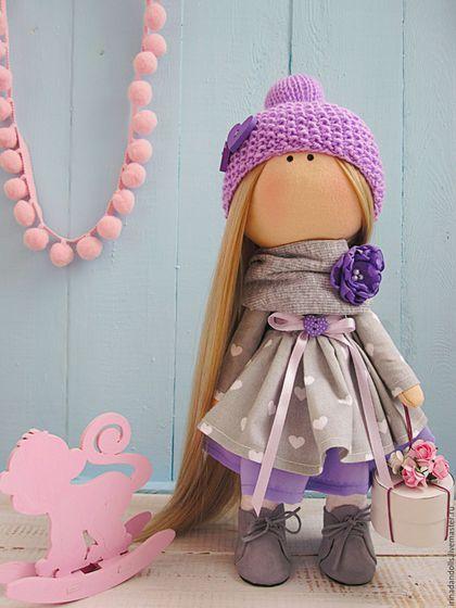 Купить или заказать Куколка с подарком в интернет-магазине на Ярмарке Мастеров. Очень красивая, стильная кукла. Станет классным подарком.