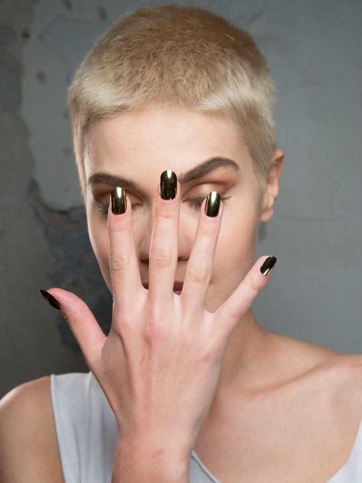 Habenwollen! Wir haben uns vollkommen verliebt in die glänzend-goldenen Nägel, die wir auf dem Laufsteg von Philipp Plein auf der Fashion Week Mailand gesehen haben. Die deckend goldene Nagelfarbe ist ein perfekter Hingucker und hebt jedes Outfit auf die nächste Style-Ebene. Wie der Look funktioniert? Am besten investiert ihr in einen sehr deckenden goldenen Nagellack und tragt die Farbe in mehreren Lagen auf.Welcher Nagellack passt zu mir?