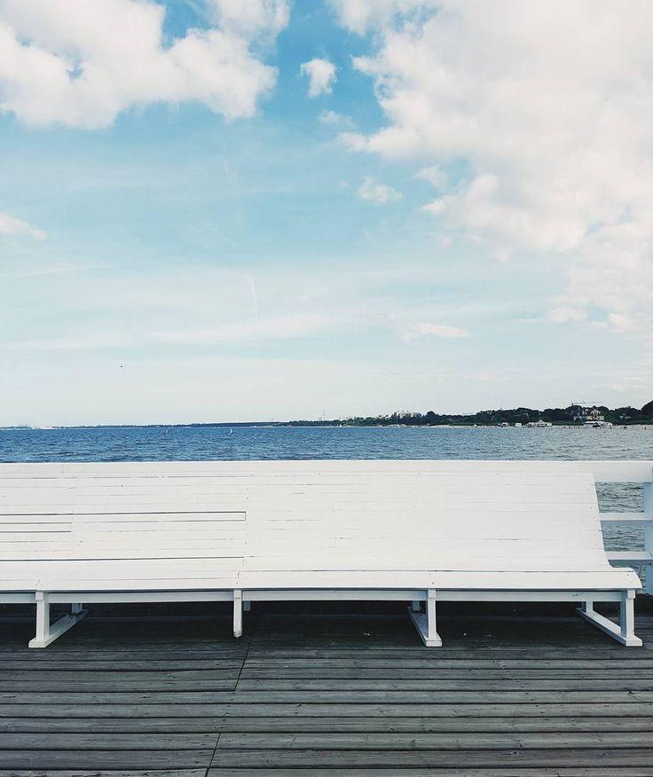 Cześć Sopot!  #benchbythesea #niebo #sopot #molo #igerssopot #vzcosopot #trójmiasto #minimallove  #minimalmood #blue #white #bench #morze #bałtyk #sea #mewy i inne ptaki #wood #wtorek