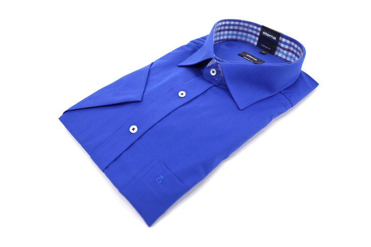 Koszula Eterna w kolorze głębokiego niebieskiego. Idealnie pasuje zarówno do eleganckiej jak i casualowej marynarki. Na kieszonce z przodu naszyte logo marki. Skład: 100% bawełna.