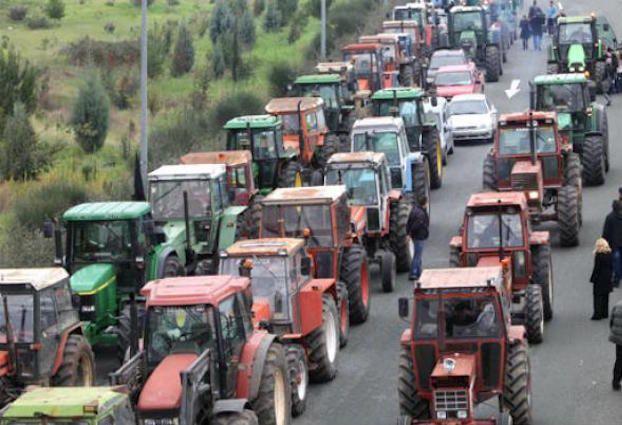 Σε κινητοποιήσεις μέσα στην καρδιά του καλοκαιριού και συγκεκριμένα στο διάστημα από τις 20 Ιουλίου έως και τις 5 Αυγούστου, αποφάσισαν να προχωρήσουν στις κατά τόπους περιοχές τους οι συμμετέχοντες στη χθεσινοβραδινή συνεδρίαση της Πανελλαδικής Επιτροπής των 68 μπλόκων της Νίκαιας, σύμφωνα με όσα ανέφερε μιλώντας στο Πρακτορείο ο πρόεδρος του Κτηνοτροφικού Συνεταιρισμού Καστοριάς των …