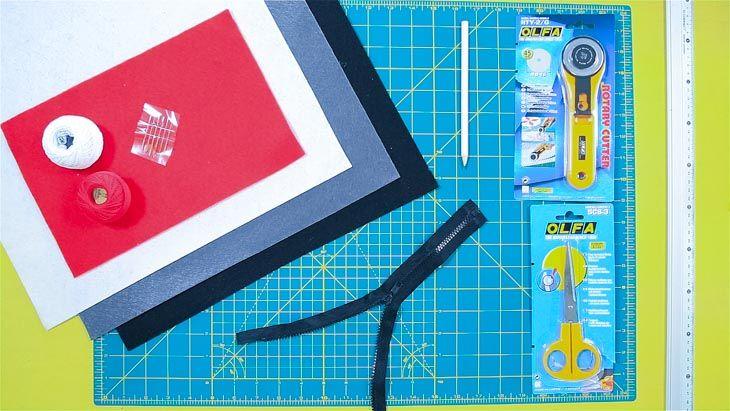 ¿Eres pokeadicto? Para de cazar pokemons un momento y hazte una mochila única y original con fieltro rojo, blanco y negro.