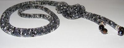 Koralikotwórcze: W kolorze czerni, srebra i szarości....