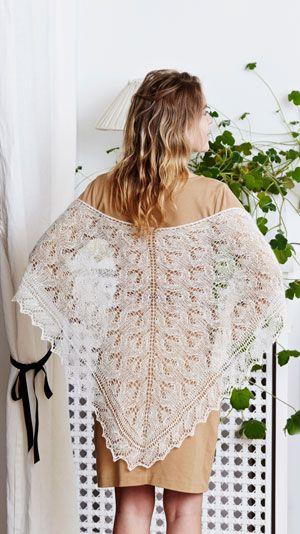 Det meget smukke sjal er strikket af kun 50 gram garn, så det er nemt at have med i tasken overalt. Sjalet er flot over en festkjole, men også lækkert snoet om halsen som et tørklæde.