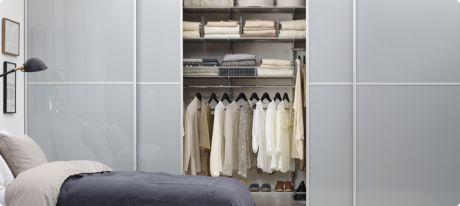Garderobeskap entre og soverom: Elfa / Vista. Smal aluminiumsprofil i hvitt. Dørfyllinger i 50042 gråtonet herdet glass.