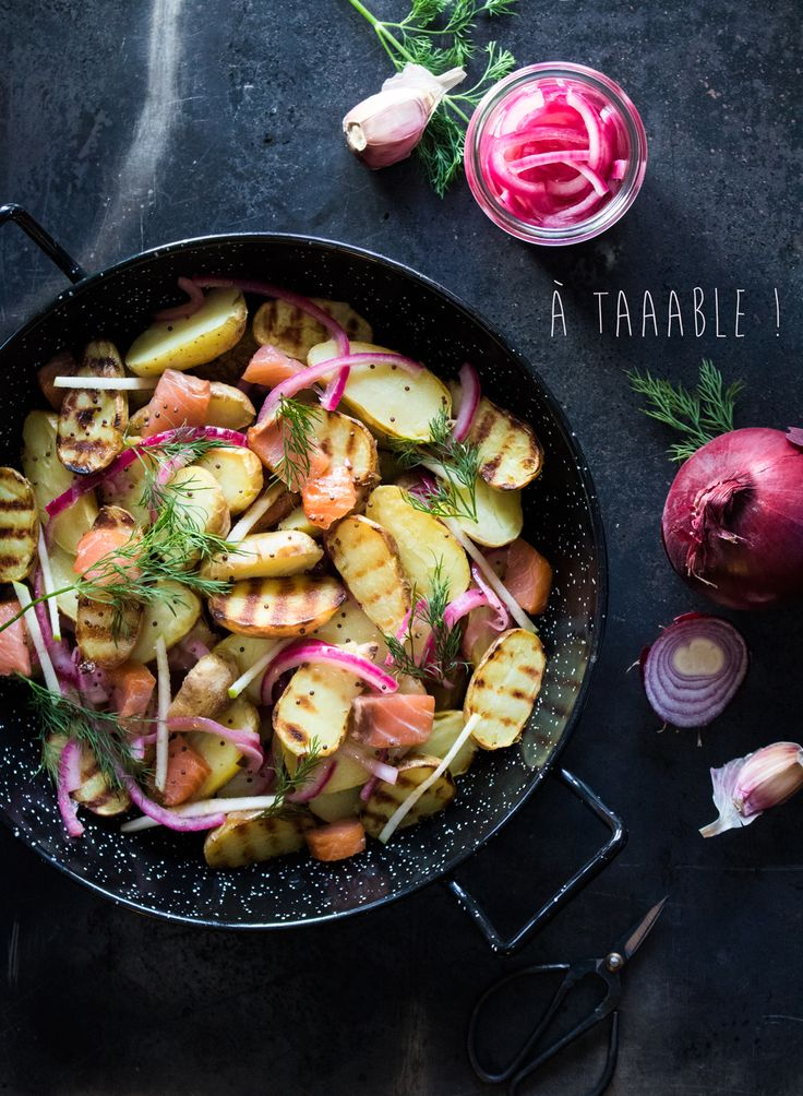 Salade tiède de pommes de terre grillées, saumon fumé et pickles d'oignon rouge
