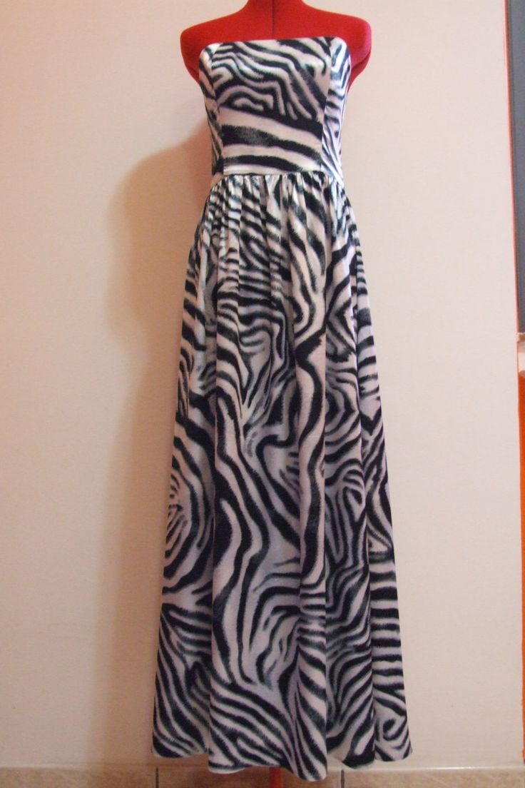 Abito in raso di seta zebrato di TNatali su Etsy. Open shoulder long dress in satin Singapore silk, slightly stretched. Soft and light. The back is mildly open. The dress reaches ankle height, and it's 135cm long. Zebra pattern follows female lines. Shown M size dress.