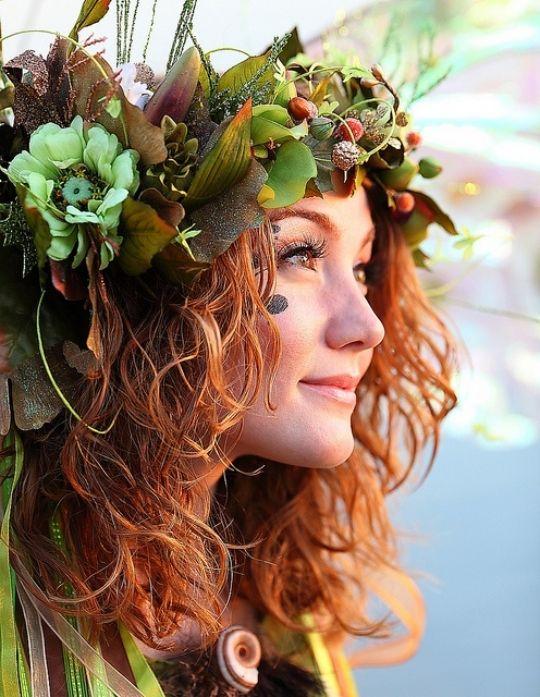 Kostüm idee frau natur inspiriert blumen blätter haare